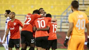 James Rodríguez celebra con sus compañeros su primer gol.