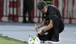 Juan Carlos Osorio apunta en su libreta una acción de juego.